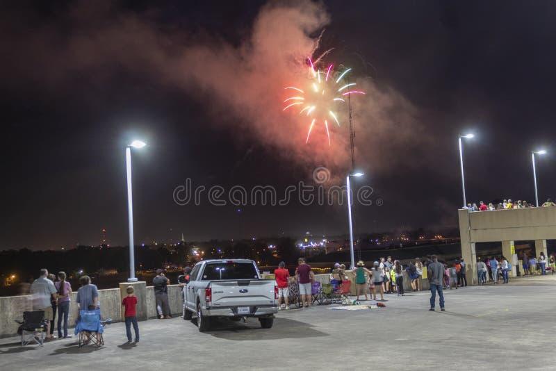 门罗,LOUISIANA/U S A -07/06/2019:烟花显示举行在四以后的两天为了给工作者机会 库存照片