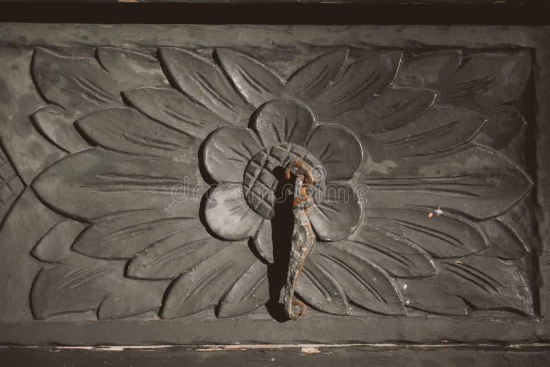 门老木 关闭手工制造葡萄酒家具 工艺品树木繁茂的门细节  库存照片