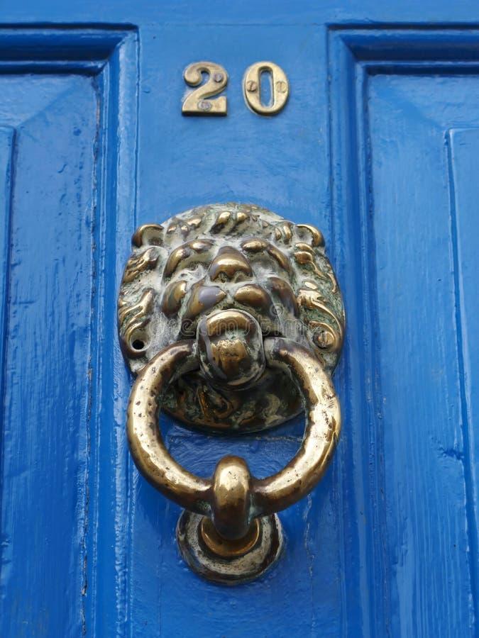 门表面敲门人狮子 库存图片