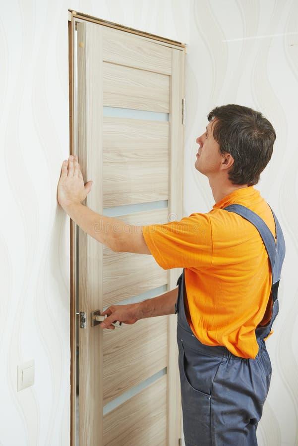 门设施的木匠 库存照片