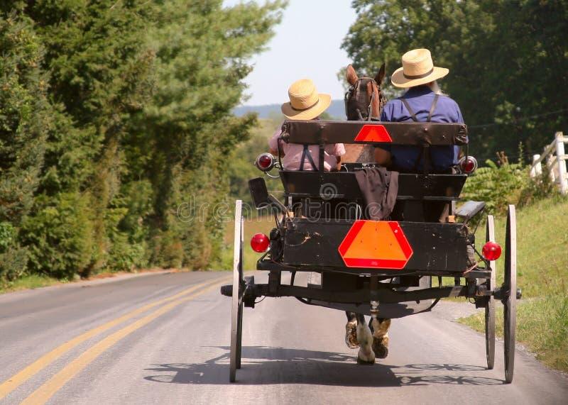 门诺派中的严紧派的儿童车 免版税库存照片