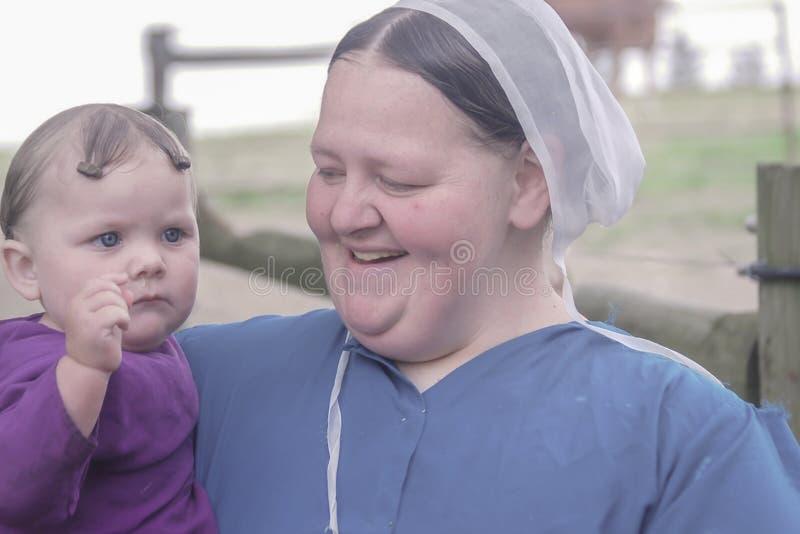门诺派中的严紧派的母亲&孩子 图库摄影