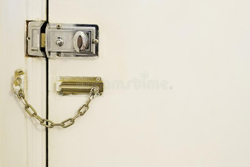 门锁和链高度安全保护在房子家国内抢劫强盗 图库摄影