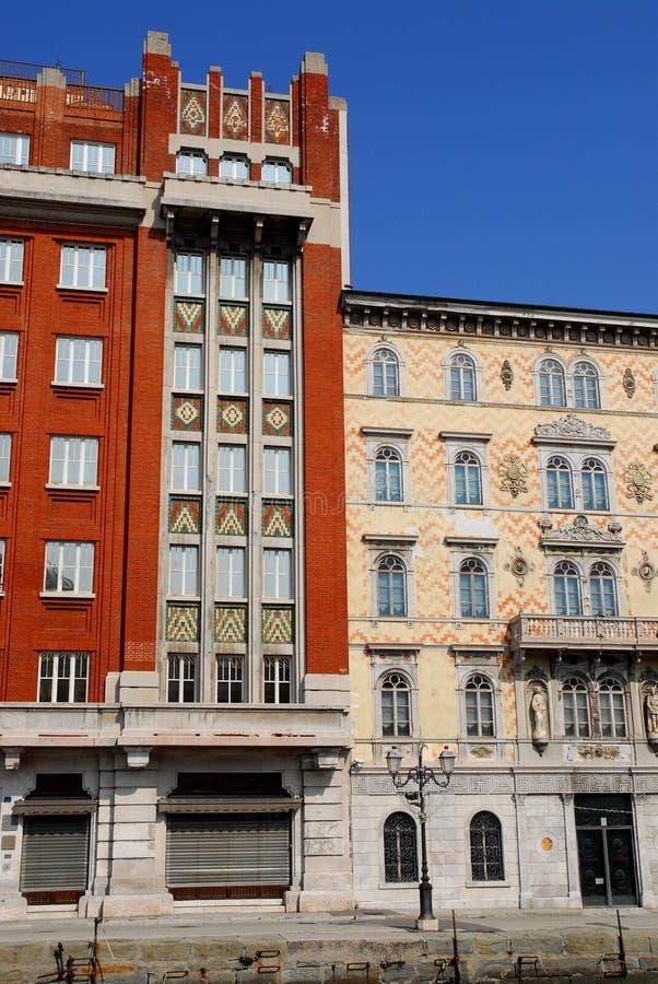 门面,清楚的天空的蓝色,墙壁在的里雅斯特弗留利Venezia朱莉娅(意大利)绘了两个重要宫殿 图库摄影