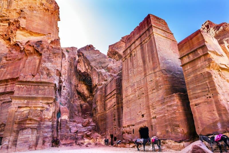 门面Petra约旦玫瑰红的岩石坟茔下午街道  库存图片