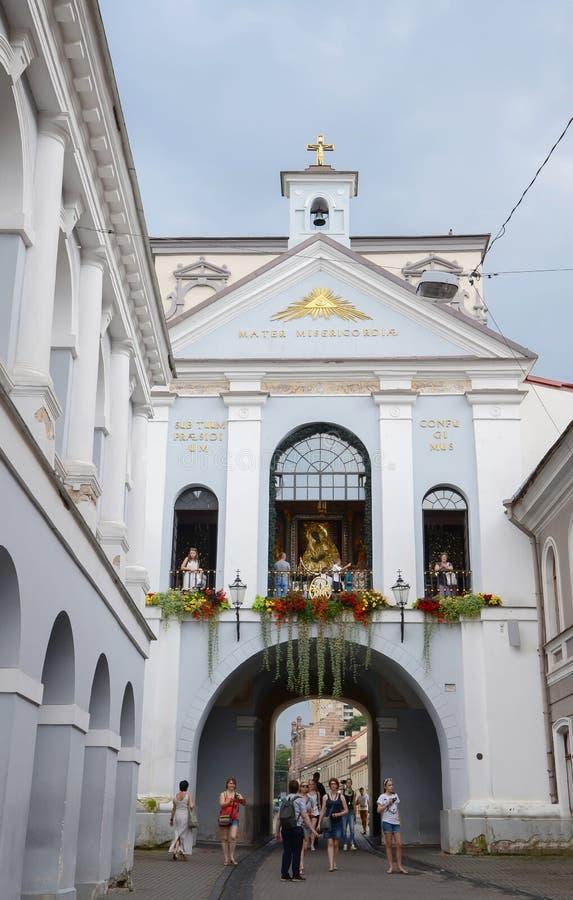 门黎明(Ausros门)与大教堂教堂我们的夫人(玛丹娜Ostrobramska)在维尔纽斯,立陶宛 免版税库存照片