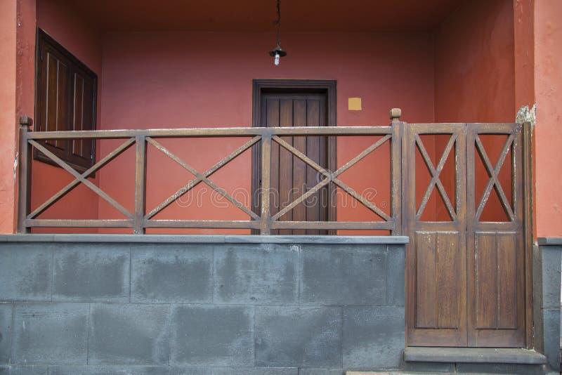 门廊木栏杆 库存图片