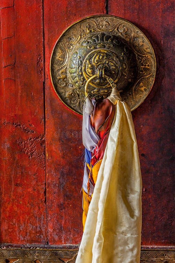 门Thiksey gompa西藏佛教徒修道院门把柄  库存图片