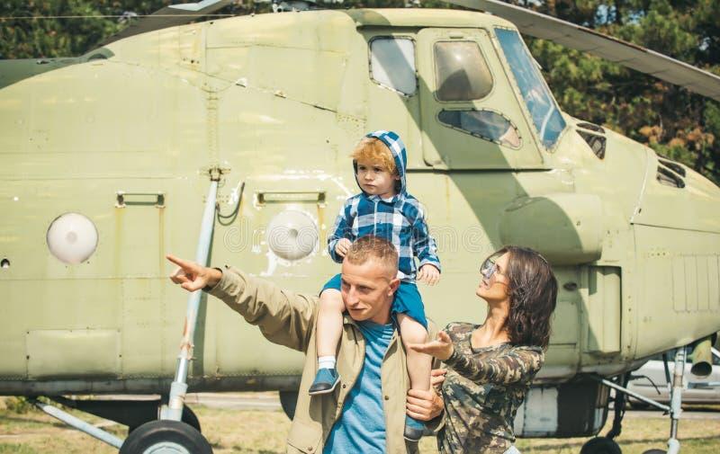 闩上构成概念系列螺母 在军用直升机的年轻家庭 减速火箭的航空器的家庭成员 爱做您家庭 免版税库存图片