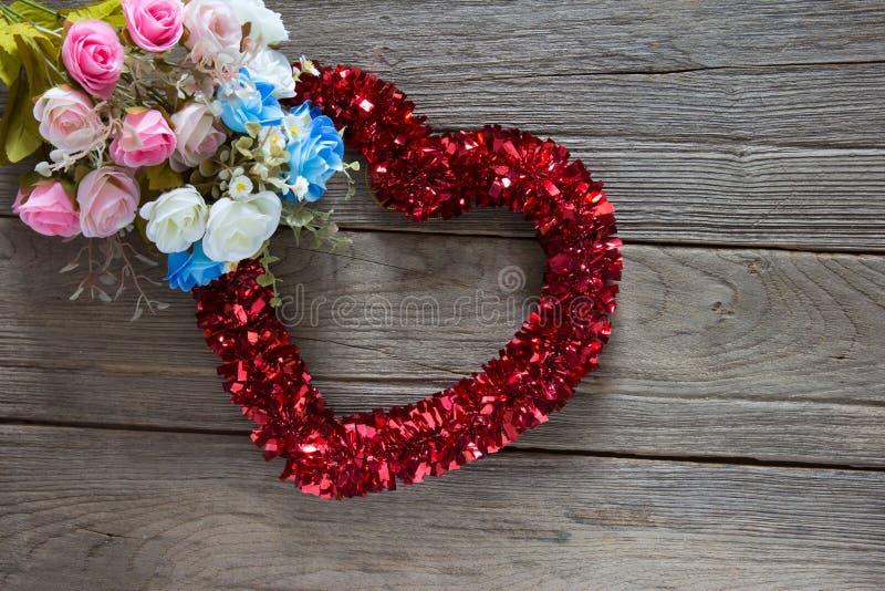 闪亮金属片在木背景的心脏装饰 免版税库存照片