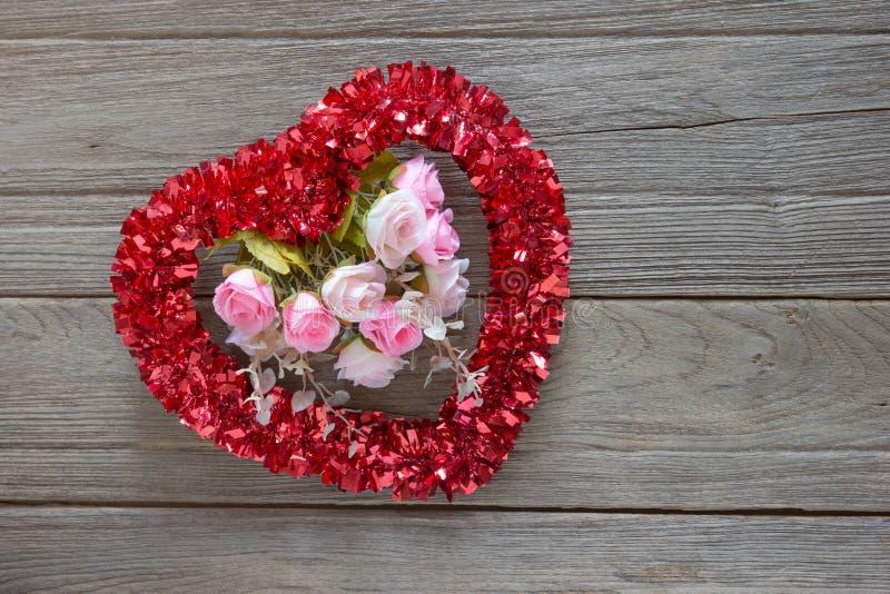 闪亮金属片在木背景的心脏装饰 库存图片