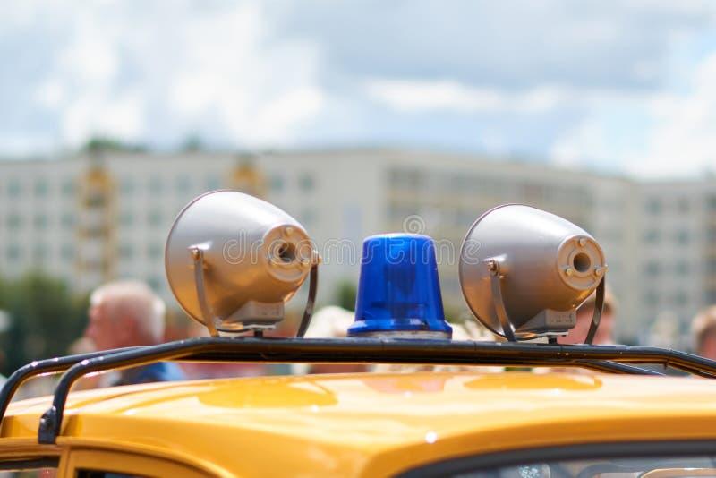 闪光灯和警报器在一辆老警车的屋顶 库存照片