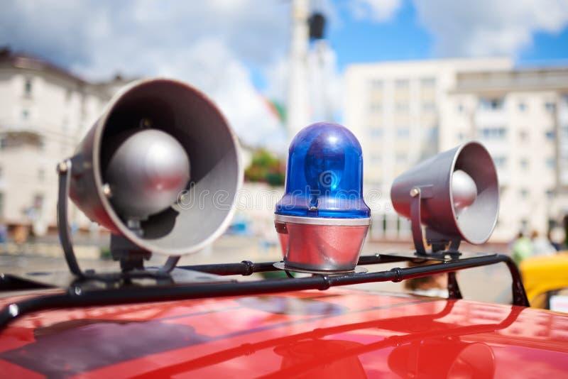 闪光灯和警报器在一辆老警车的屋顶 图库摄影