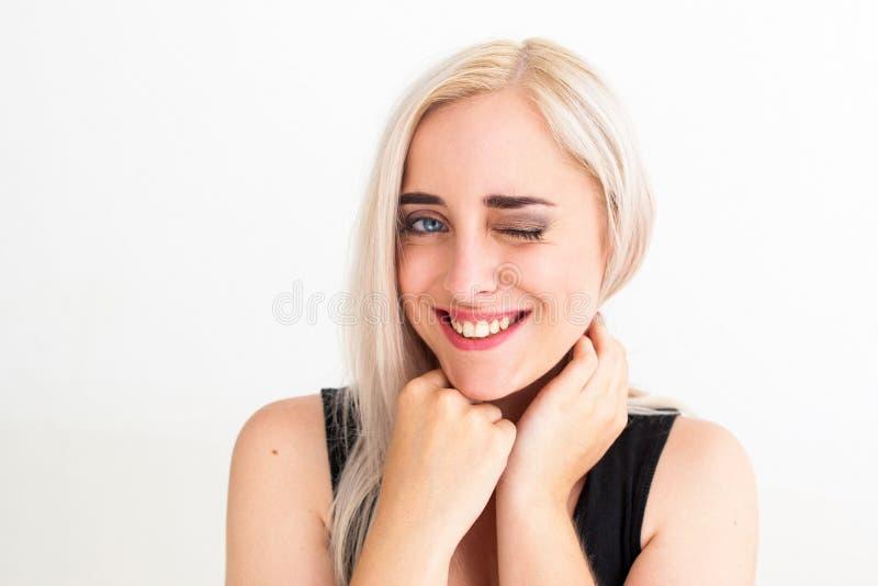 给闪光的年轻金发的妇女照相机 免版税库存图片