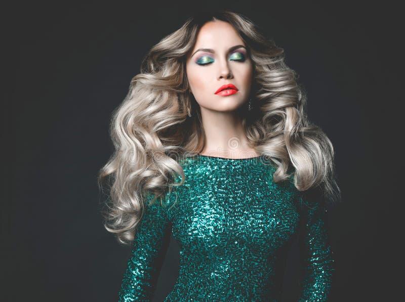 闪光金属片的礼服的美丽的金发碧眼的女人 库存照片