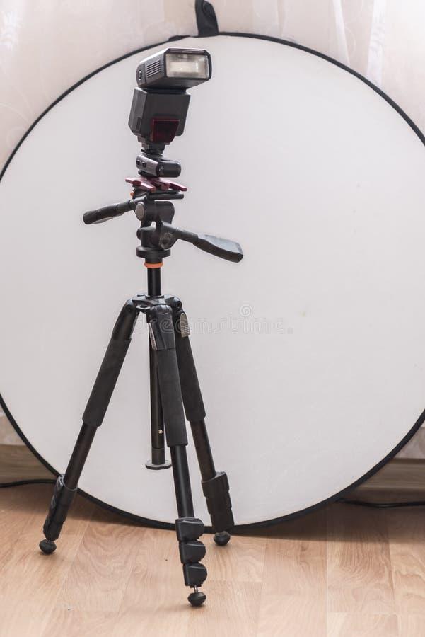 闪动在三脚架和一台圆的白色反射器 免版税库存照片