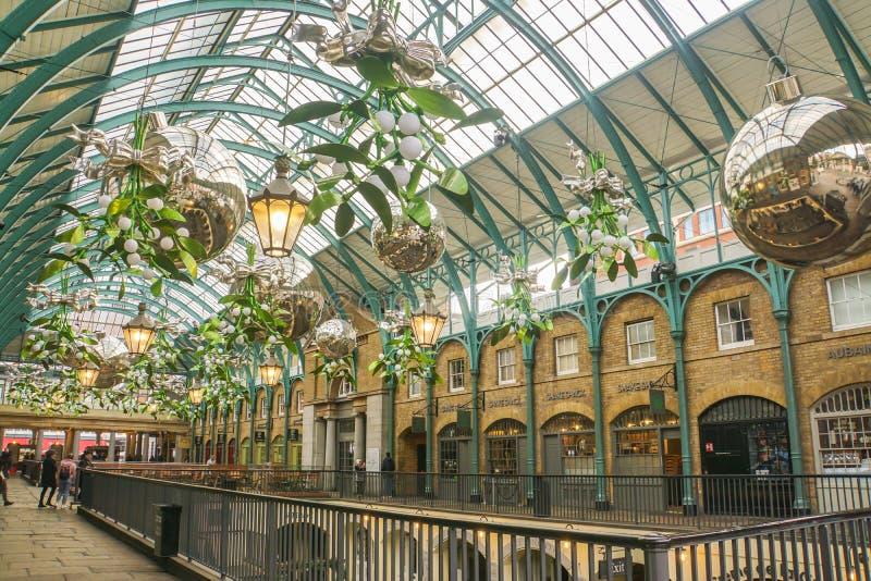闪烁在天花板的圣诞树装饰品季节问候的在科文特花园在伦敦 免版税库存图片