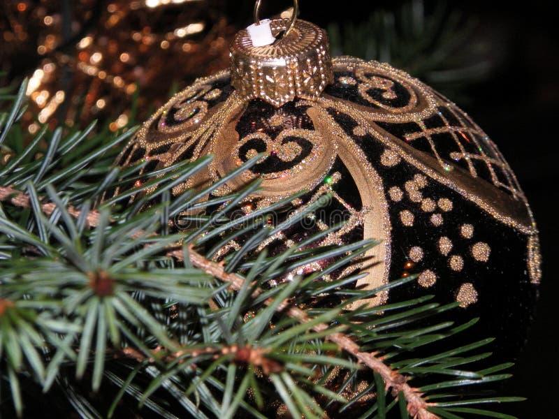 闪烁棕色圣诞节球 免版税库存照片