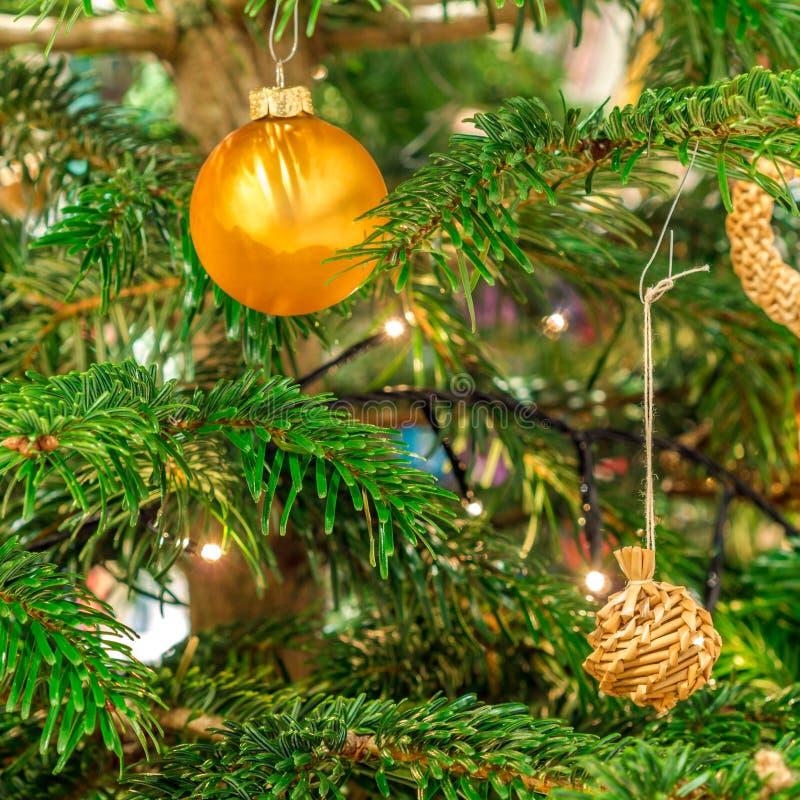 闪烁的金黄和秸杆圣诞节球 库存照片
