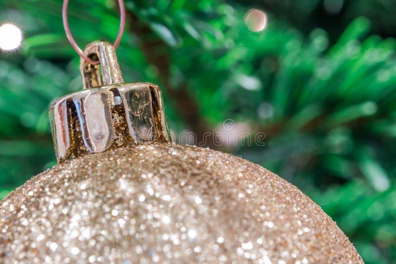 闪烁的金黄圣诞节球 免版税库存照片