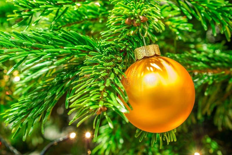 闪烁的金黄圣诞节球 图库摄影