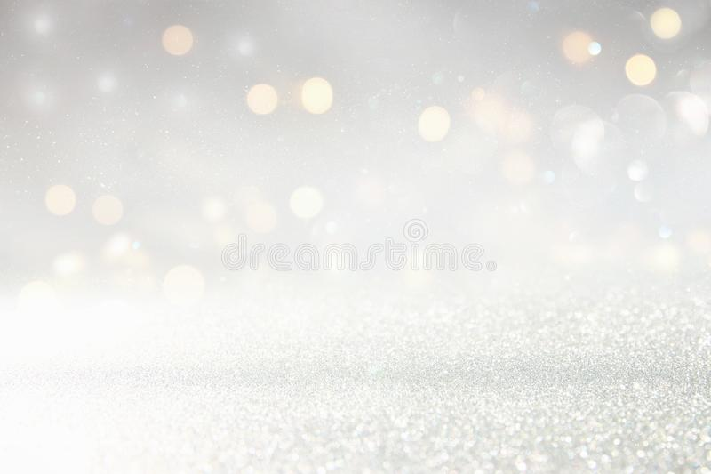 闪烁葡萄酒点燃背景 非被聚焦的银色和轻的金子 库存照片
