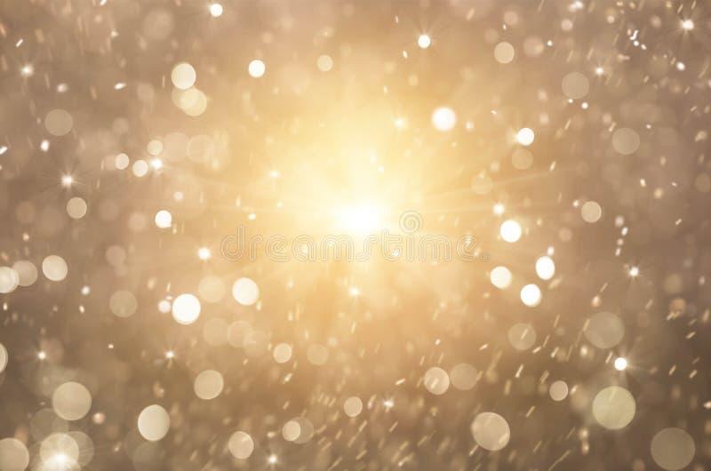 闪烁金黄光背景,圣诞灯和抽象眨眼睛星 图库摄影