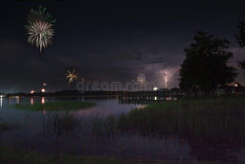闪电和烟花在萨格登地方公园在那不勒斯,佛罗里达 免版税库存照片