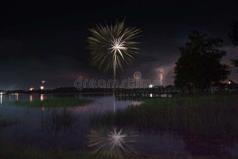 闪电和烟花在萨格登地方公园在那不勒斯,佛罗里达 库存图片