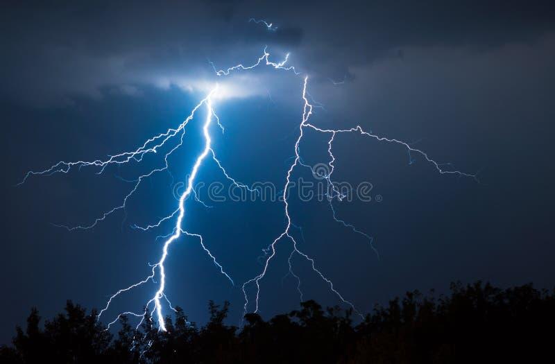 闪电和雷大胆的stike 免版税库存图片