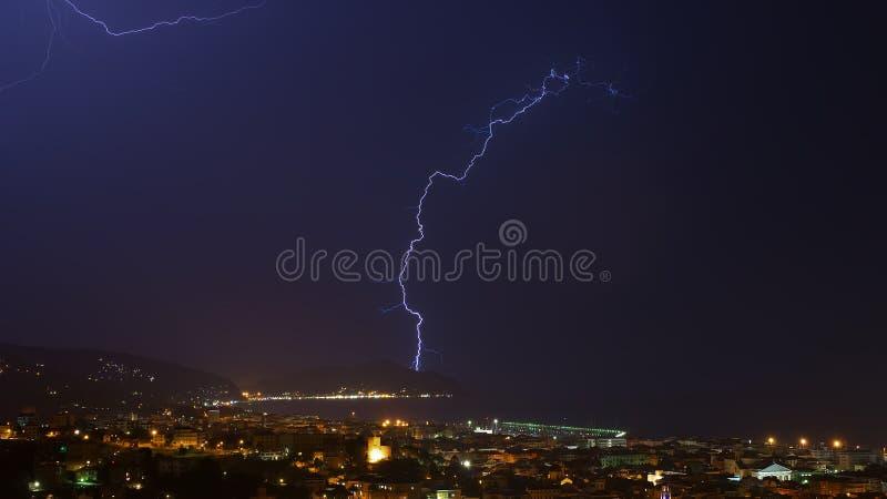 闪电和雷暴在Tigullio海湾-基亚瓦里-意大利 图库摄影