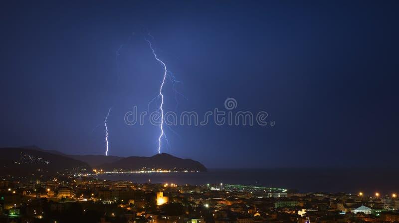 闪电和雷暴在Tigullio海湾-基亚瓦里-意大利 免版税库存图片