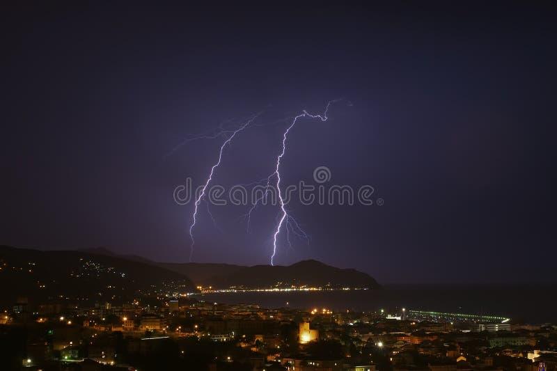闪电和雷暴在Tigullio海湾-基亚瓦里-意大利 库存图片