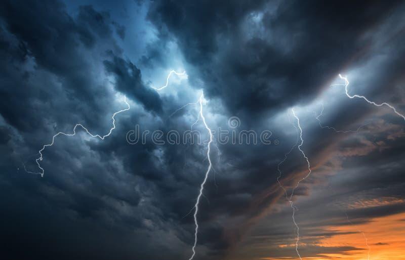 闪电在夜空的雷暴闪光 在遮阳帽的概念 免版税库存照片