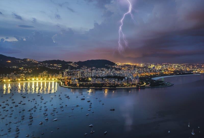 闪电在市里约,在老虎山附近 免版税库存照片
