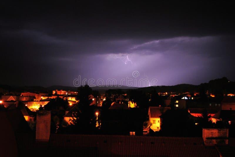 闪电在镇里 库存照片