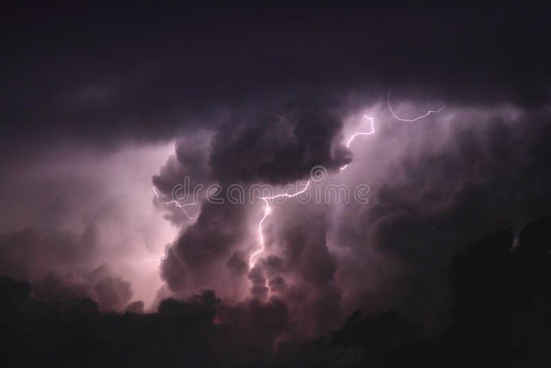 闪电通过云彩 库存图片