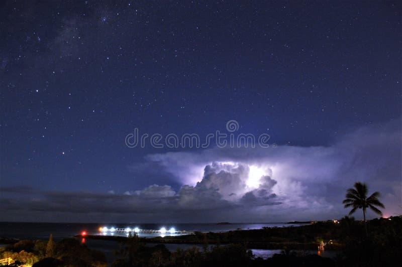 闪电风暴到海 免版税库存图片