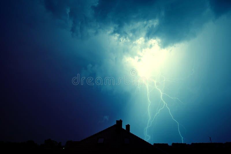 闪电击中了房子 库存照片