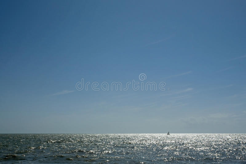 闪耀海洋表面的太阳 库存照片