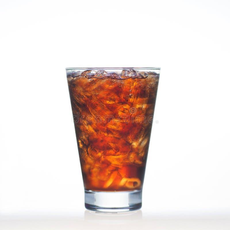 闪耀的可乐喝与苏打和冰在玻璃  免版税图库摄影