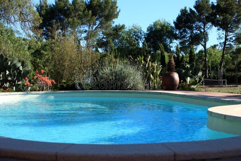 闪耀的蓝色游泳池 库存照片