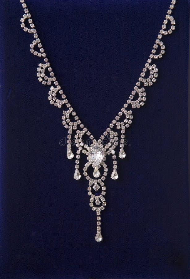 闪耀的钻石项链 库存照片