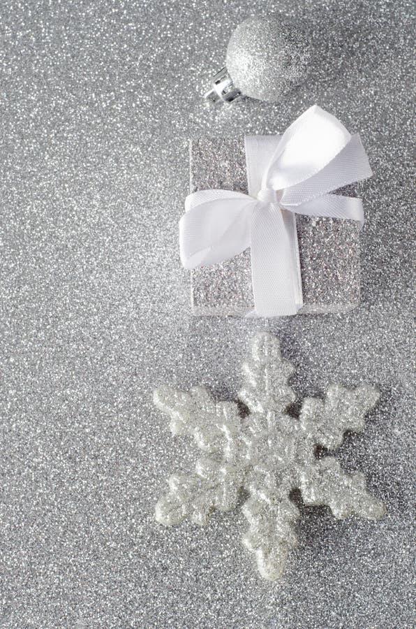 闪耀的银色圣诞节装饰 库存图片