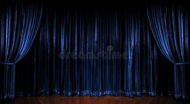 闪耀蓝色的窗帘 免版税库存照片