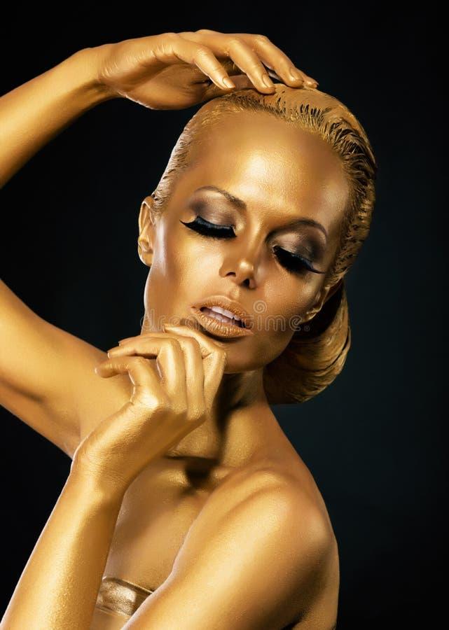 闪闪发光。上色。有金黄Faceart的神奇妇女。创造性的概念 免版税库存图片