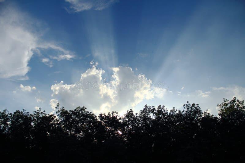 闪闪发光太阳推挤通过密集的云彩 库存照片