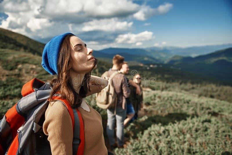 闭上她的眼睛和采取深呼吸的平安的妇女 免版税库存图片