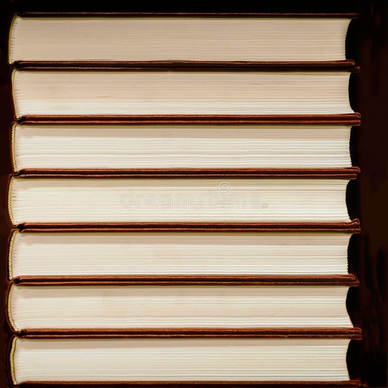 闭合的书籍堆在坚硬盖子的在黑暗的背景 免版税库存图片