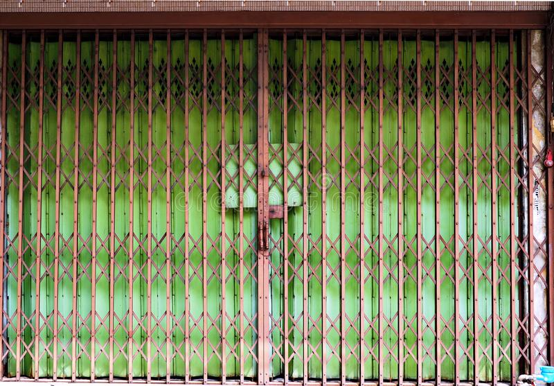 闭合的可折叠门有绿色背景 库存图片